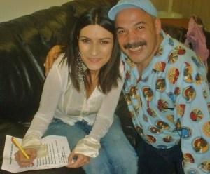 """La cantante Laura Pausini junto al amigo musico italiano Gian Pietro Cazzago, firmando el autografo del acrostico que le escribiera Josan Caballero, en el marco de su concierto en Miami, el 17 de abril del 2005: """"Benditos por tu voz de aureola"""", de Jose Antonio Gutierrez Caballero"""
