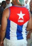 La bandera cubana entre la gente del Carnaval de la calle 8, foto Josan Caballero.