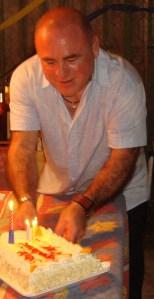 El mago duen-de Jorge Cancio, celebrando su onomástico, ayer con sus amigos, entre ellos, Josan Caballero.