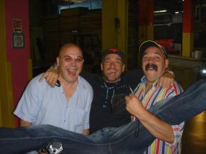 El talentoso Eros Ramazzotti, en uno de sus tantos viajes a Miami, con sus amigos, los músicos gemelos Gian Pietro Cazzago y Giuseppe Cazzago