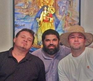 Los tres artistas que intervinieron en la Exposición de Poesía Mural ISLA SOLA: Ignacio Pérez Vázquez, a la izquierda. Josan Caballero, al centro. Noelio, a la derecha.