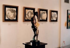Imágenes de las pinturas de Ignacio Pérez Vázquez, las esculturas de Noelio González, y los poemas de José Antonio Gutiérrez Caballero, en la Expo de Poesía Mural ISLA SOLA, de la Galería de Arte Infinity.