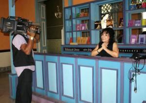 La actriz María Eugenia García en uno de los sets televisivos de LUCES.