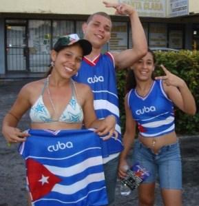 Saludo de Cubanitos con Banderas, foto de Josan Caballero.
