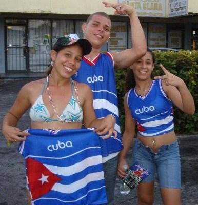 LOS CUBANOS CON SU FORMA NATURAL DE SALUDAR. Foto, Josán Caballero.