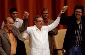 Miguel Barnet, presidente de la Comisión de Ética sobre los plabios de Alga Marina Elizagaray, actual Presidente de la UNEAC, con Abel Prieto, Ministro de Cultura, y Raúl Castro Ruz, Presidente de Cuba.