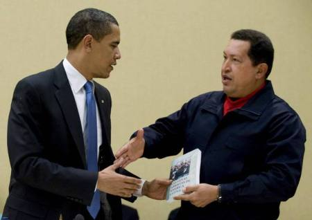 EL COMANDANTE LLANERO ENTREGANDO AL COMANDANTE CAMBIO Las Venas Abiertas de América Latina, importante libro de Eduardo Galeano.