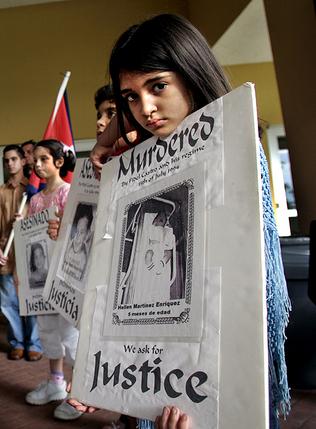 Niños denunciando la muerte de los pequeños como ellos, en el Remolcador 13 de Marzo.