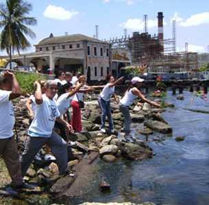La gente protestando en el mar, por tan horrendo crimen del castrismo cubano.
