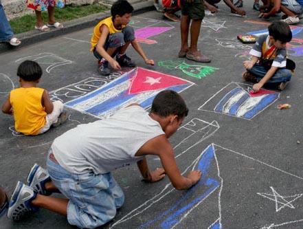 Los niños cubanos pintando su bandera, en el Día Internacional...