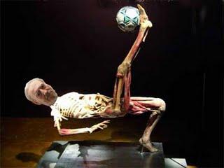 El cadáver, jugando en la piedra, por Margarita García Alonso.