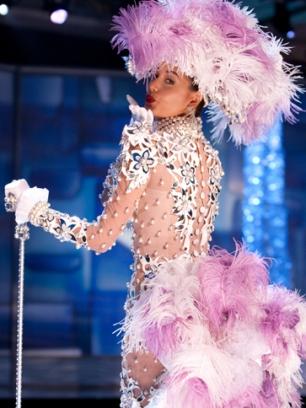 El traje del siglo pasado, traído de Italia, y reestilizado por el diseñador Hugo Espina. Una maravilla de traje típico de la Miss Venezuela, ahora Miss Universo.