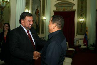 Gobernador Richardson saluda a Chávez...