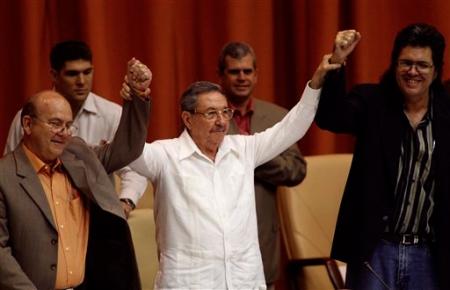Miguel Barnet, Presidente UNEAC, Abel Prieto, Ministro de Cultura, y Raúl Castro, en el VII Congreso UNEAC.