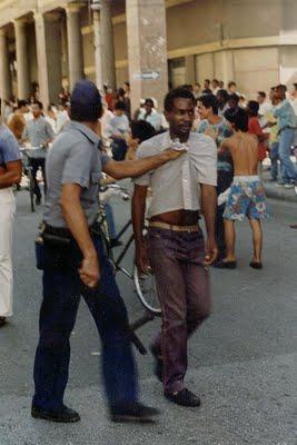 La gente protestando, y la policía andando, en EL MALECONAZO.