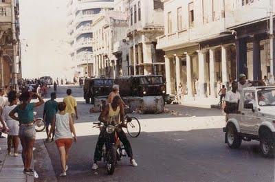Los cubanos protestando y gritando, sin miedo, en las calles, durante EL MALECONAZO, presentado por Desarraigos Provocados.