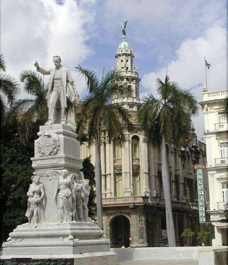 Una imagen de la estatua de José Martí, en el Parque Central, de La Habana...