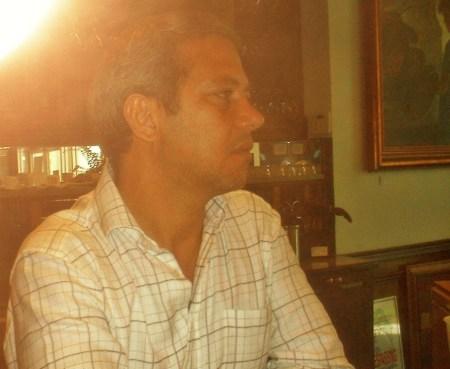 El presidente del Centro de Arte Cuba Ocho, el realizador y productor cinematográfico Roberto Ramos, conversando con Josán Caballero, sobre la maravilla de los decorados y mobiliario del Centro de Arte, cuya historia saldrá en el II número de la Revista BRUJULAR DE MIAMI, Edición Especial Nuevos Mundos.