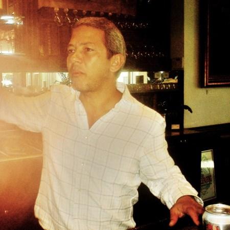 El presidente del Centro de Arte CUBA OCHO mostrándonos el bar para la degustación de los vinos este sábado, y contando la historia increíble de la decoración y el mobiliario de este gran sitio cultural, concebido en su totalidad por el productor y cineasta cubano.