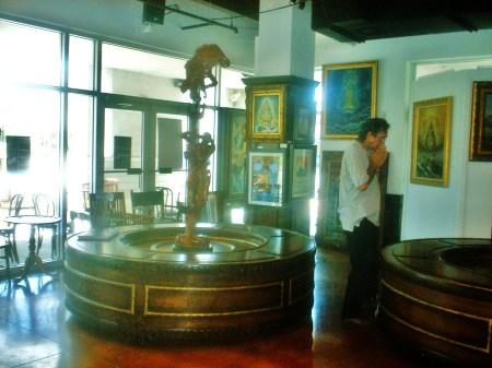 El escultor Alejandro Iglesias, Marketing y Relacionista Público de la Revista BRUJULAR DE MIAMI, revisando uno de los espacios, en donde se realizará el lanzamiento de la Revista, en el Centro de Arte CUBA OCHO.