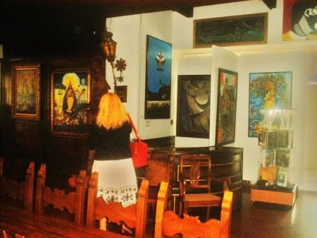 Los maravillosos y mágicos espacios del Centro de Arte CUBA 8 servirán de marco al lanzamiento de la Revista BRUJULAR DE MIAMI; que cuenta, como en la foto, con la degustación de los vinos, cuya intervención corre a cargo de la empresaria Nina Romo, examinando el sitio en la foto.