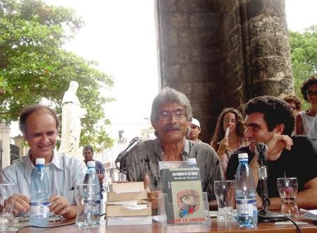 Desiderio Navarro, al centro, en el lanzamiento de su libro Las causas de las cosas...