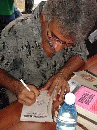 El crítico Desiderio Navarro, firmando uno de sus libros.