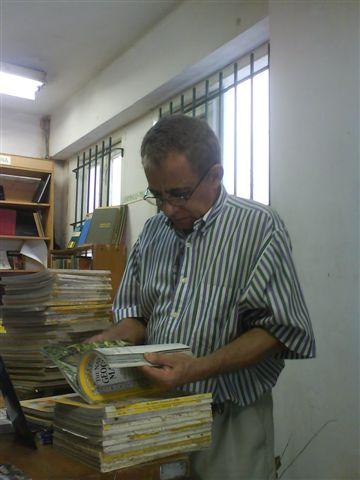 David García Gonce en su habitat fundamental, entre libros y revistas, sobre todo la colección más completa de National Geographic...