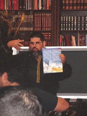 Josan Caballero presentando TROTAMAR, el Primer Papalote de Creación Infantil, insertado en su Revista BRUJULAR DE MIAMI, lanzada el 26 de septiembre del 2009, en el Centro de Arte CUBA 8.