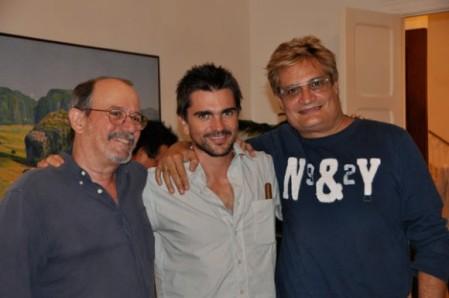 Juanes con Silvio Rodríguez y Amaury Pérez, anfitrión y director del espectáculo fronterizo en la Plaza de la Revolución.