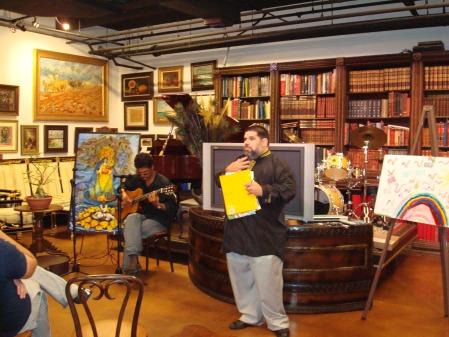 Josán Caballero explicando la Revista BRUJULAR a los asistentes al lanzamiento.