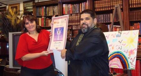Niurki Palomino recibiendo el Premio de Excelencia EGOBLOG, en nombre de su Blog Cero Circunloquios y unos cuantos blogueros más, que no pudieron asistir al lanzamiento.