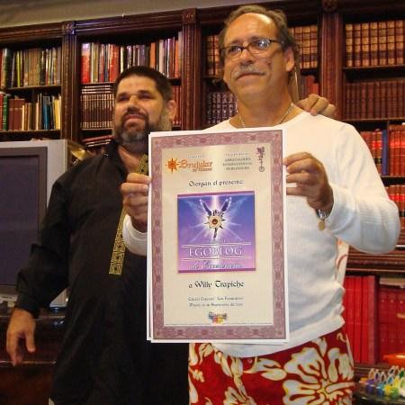 Willy Trapiche, del blog Cubaleah, recibiendo el Premio de Excelencia EGOBLOG, otorgado por la Revista BRUJULAR DE MIAMI y la Corporación ABRACALIBRO International Publishers, que dirige Josán Caballero.