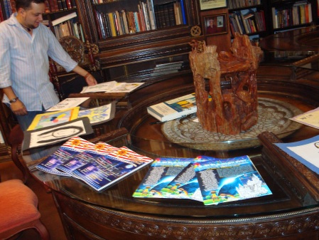 Las portadas del TROTAMAR y BRUJULAR, junto al humorista gráfico Leyser Martínez, quien participa en una de las secciones de la Revista, titulada CON TODAS LAS DE LEY...
