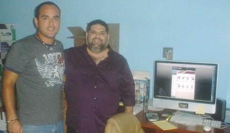 Josán Caballero, el editor en jefe, con el diseñador y director de arte de la Revista BRUJULAR DE MIAMI, el peruano César Venegas.
