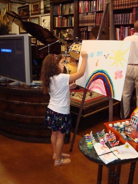 La niña Melisa Ortiz, presente en TROTAMAR Papalote de Creación Infantil, pintando su ARCOIRIS DE SOLES.