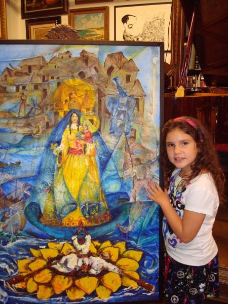 La niña Melisa Ortiz, junto al cuadro EXODO CACHITA, de Ignacio Pérez Vázquez, que obtuvo el Premio EGOPINTURA de Excelencia y que está incluído igualmente en la Revista BRUJULAR DE MIAMI.
