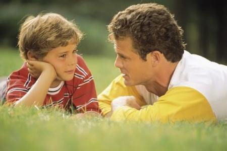 Padre y su hijo conversando...