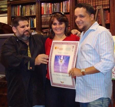 Los esposos y blogueros Niurki Palomino y Leyser Martínez, de CERO CIRCUNLOQUIOS, reciben de manos de Josán Caballero, el Premio de Excelencia EGOBLOG.