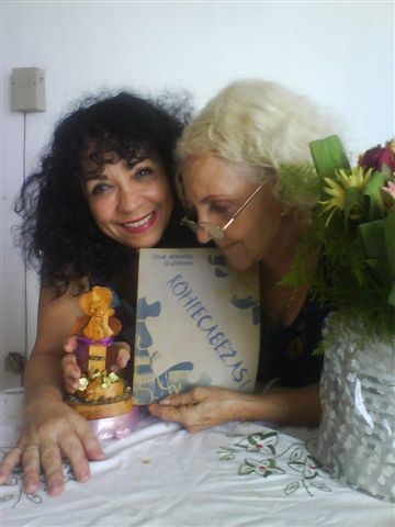 La actriz María Eugenia García Gonce, celebrando, con su madre, la actriz Selene Gonce Rosell, junto a mi libro ROMPECABEZAS...
