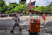 carrito-vendedor-ambulante-luce-una-bandera-eeuu-ayer-habana-coincidiendo-con-anuncio-proxima-reapertura-las-embajadas-1435786981686