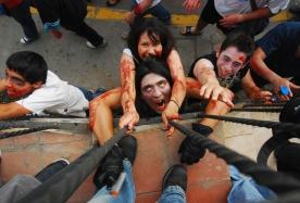 Jóvenes vestidos como un zombie en un desfile anual en Xalapa, en el estado de México, de Veracruz .Cientos de personas participaron en la Zombie Walk. FOTO LPG/ REUTERS
