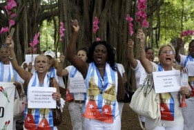 La policía cubana detuvo a unas 50 personas cuando un grupo disidente predominantemente católico romano lideró una marcha el domingo en La Habana, menos de una semana antes de una visita del Papa Francisco al país gobernado por el Partido Comunista. En la foto, el grupo opositor Las Damas en Blanco en Habana el 13 de septiembre de 2015. REUTERS/Enrique de la Osa