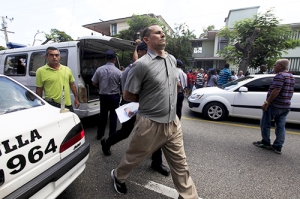 Cuban dissident Jose Daniel Ferrer, is detained by Cuban security personnel after a march protest of The Ladies in White group, in Havana September 13, 2015. Cuban authorities detained about 50 dissidents in Havana on Sunday when they attempted to march down a street in the capital a week ahead of Pope Francis' visit to the Communist-run country. Most of those arrested were members of the human rights group Ladies in White who for years, dressed in white and carrying pink gladiolas, have staged a weekly march along 5th avenue in the upscale district of Miramar after attending Mass, then rallied in a nearby park to denounce government repression. The organization is one of the few dissident groups in Cuba which has opposed the reestablishment of relations with the United States and is critical of the Roman Catholic Church's role in detent and support for cautious reforms undertaken by Cuban President Raul Castro. REUTERS/Enrique de la Osa - RTSWNE